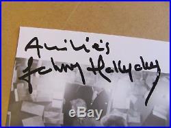 Autographe Dédicace Johnny Hallyday sur photo papier Dimension 20 cm par 20 cm
