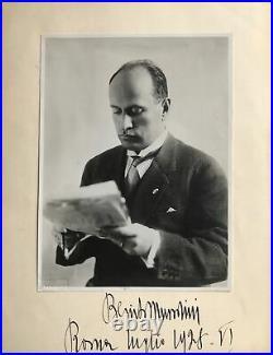Portrait dédicacé de Benito Mussolini, jeune, lisant un journal