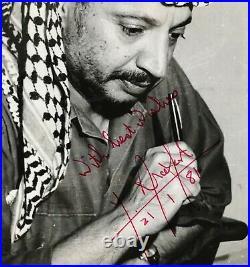Portrait photographique de Yasser Arafat avec envoi et signature autographe